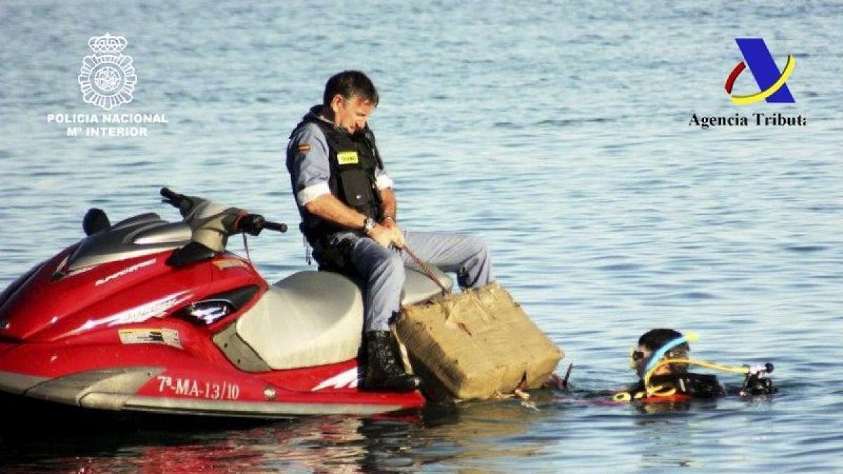 Buzos y motos de agua para trasladar la droga