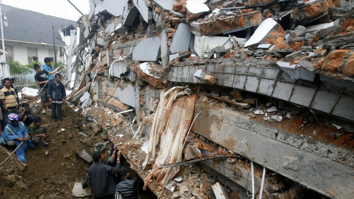 Al menos 1.100 muertos y numerosos desaparecidos por el terremoto en  Indonesia