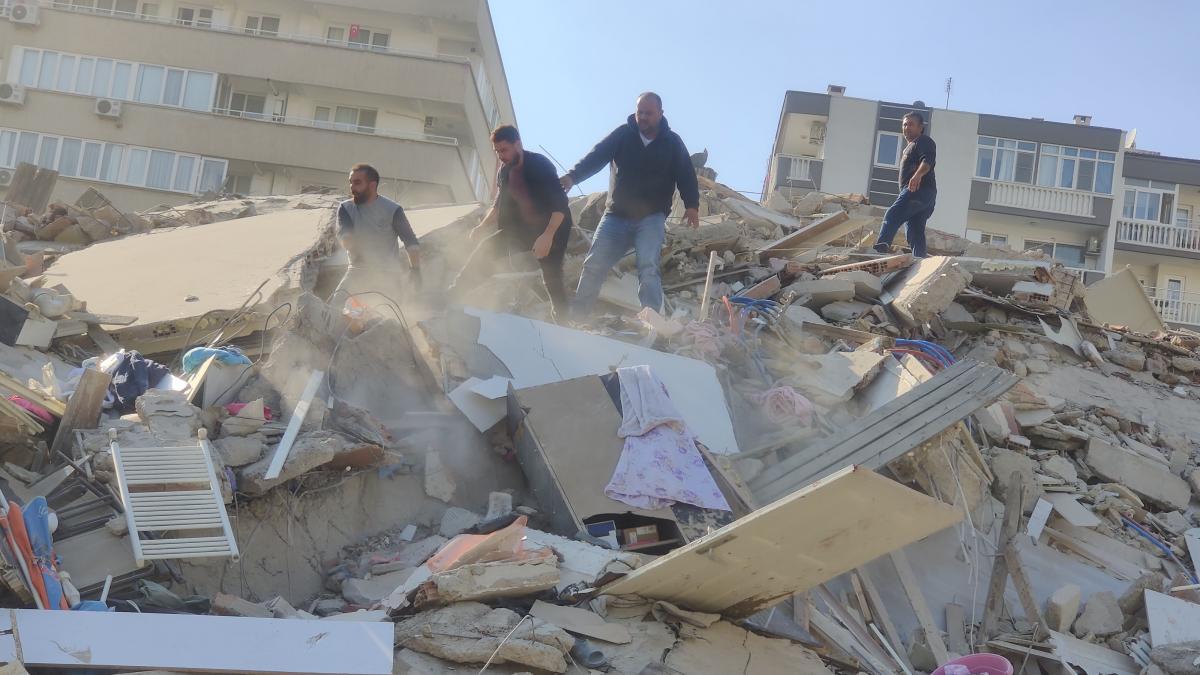Un terremoto de cerca de 7 grados deja muertos, heridos y edificios  derrumbados en Turquía y las Islas Griegas