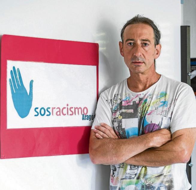 José Luis Aliaga, presidente de SOS Racismo Aragón, en una imagen de archivo en la sede de la asociación.