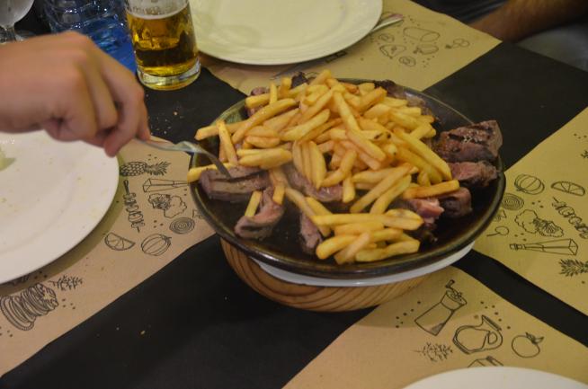 El chuletón que se ofrece en el restaurante Los Caprichos de Pina de Ebro.   El chuletón que se ofrece en el restaurante Los Caprichos de Pina de Ebro.   El chuletón que se ofrece en el restaurante Los Caprichos de Pina de Ebro.