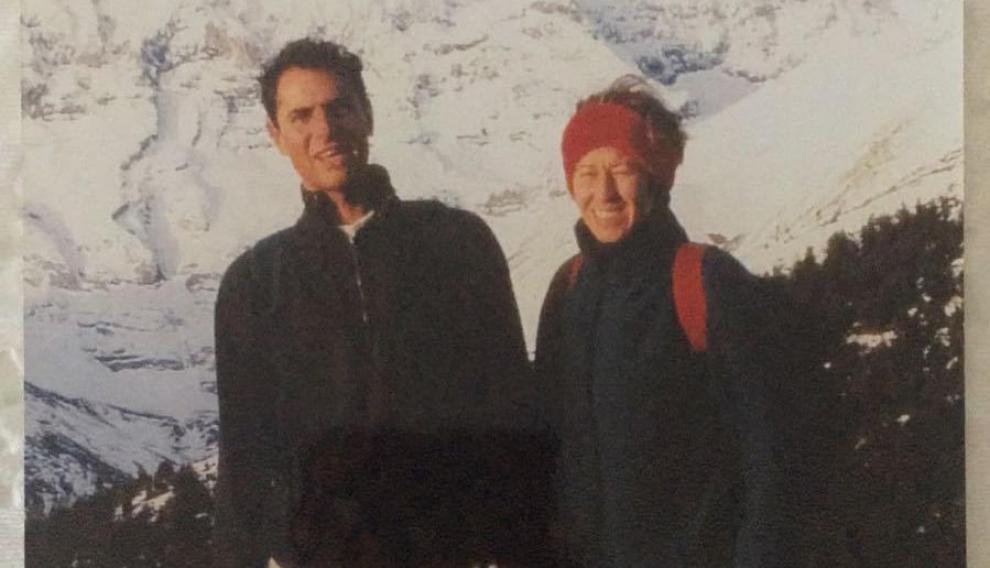 Miguel Grima, con su esposa Celia, ante las montañas que se ven desdee Fago donde quería que esparcieran sus cenizas.