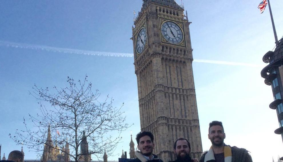 Manuel Tundidor (dcha.) con varios amigos en un viaje a Londres.