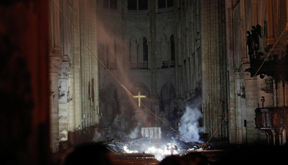 Smoke rises around the altar in front of the cross inside the Notre Dame Cathedral as a fire continues to burn in Paris, France, April 16, 2019.   REUTERS/Philippe Wojazer/Pool     TPX IMAGES OF THE DAY [[[REUTERS VOCENTO]]] FRANCE-NOTREDAME/