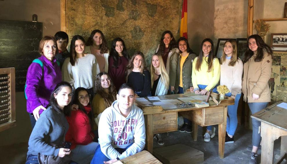 Estudiantes de Magisterio del Campus de Teruel en la escuela-museo de la Cañada de Benatanduz.