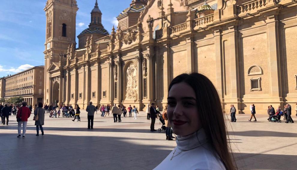 Alba Escuder, turista el día de las elecciones, frente a El Pilar.