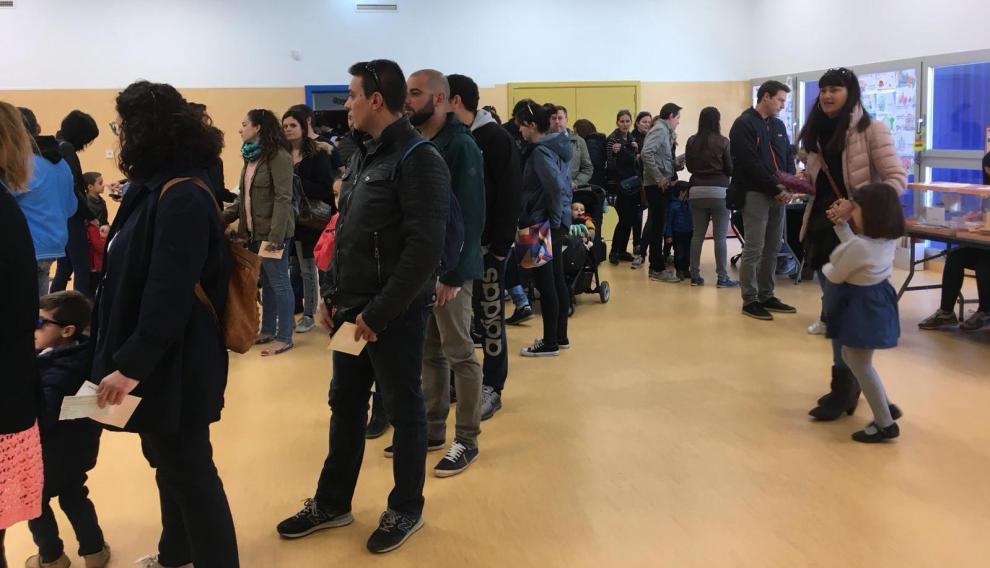 Los ciudadanos de Parque Venecia en Zaragoza votan por primera vez en su colegio.