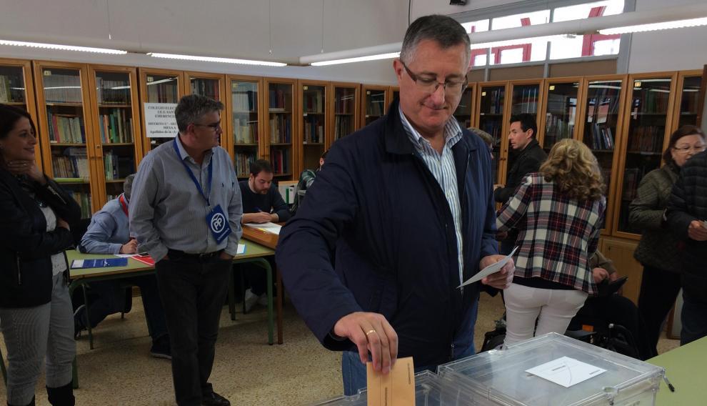 El candidato número uno al Senado por Teruel del PP, Manuel Blasco, votando en Teruel esta mañana