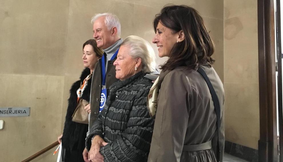 Eloy Suárez se fotografía con varias ciudadanas que han pedido que pose con ellas en el colegio electoral.