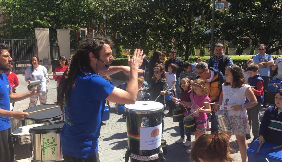 Los niños crearon ritmos con instrumentos elaborados con objetos reciclados.
