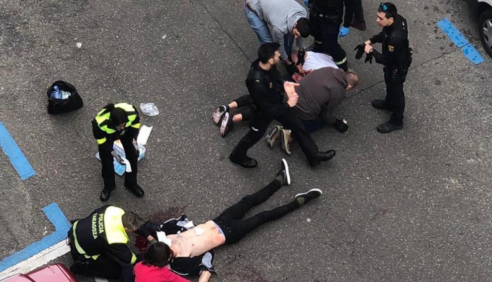 Mientras la Policía Nacional reducía al agresor, agentes de la Local atendían en el suelo a la víctima