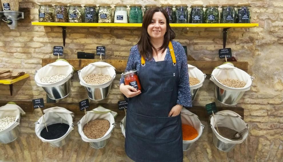 Leticia Vicente, propietaria de la tienda de alimentación saludable a granel De Tarros.