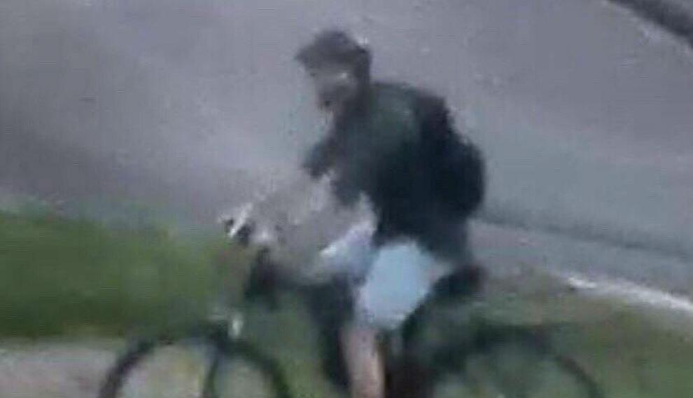 Imagen difundida por la policía francesa del sospechoso de poner el paquete bomba en Lyon