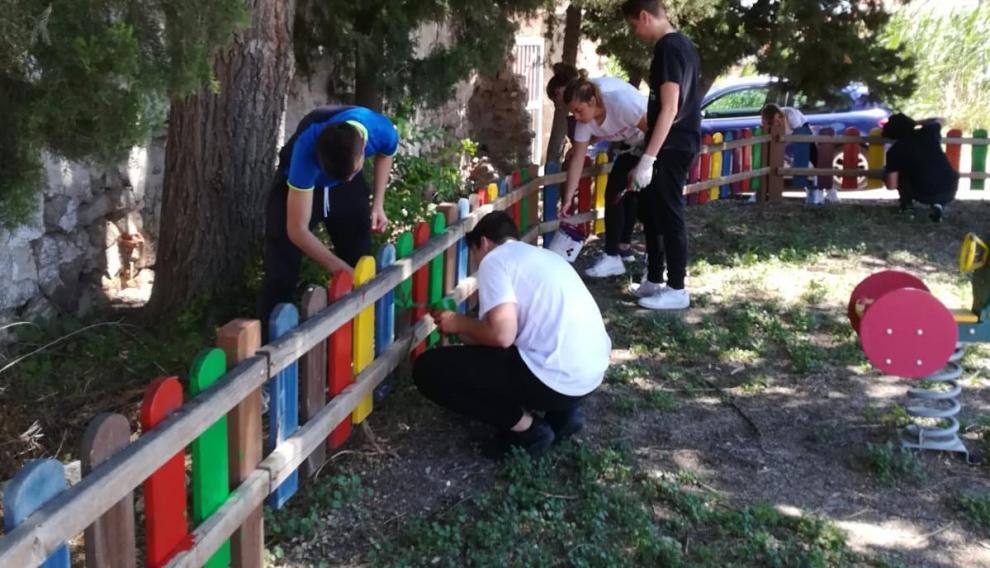 Los chavales colaboraron también pintando un parque infantil.