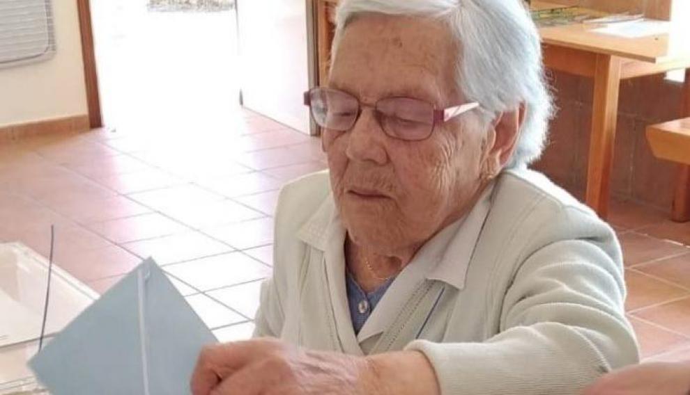 María Dolores García Díaz, conocida como Lola da Pena de Gundivós, acude a votar a sus 105 años.
