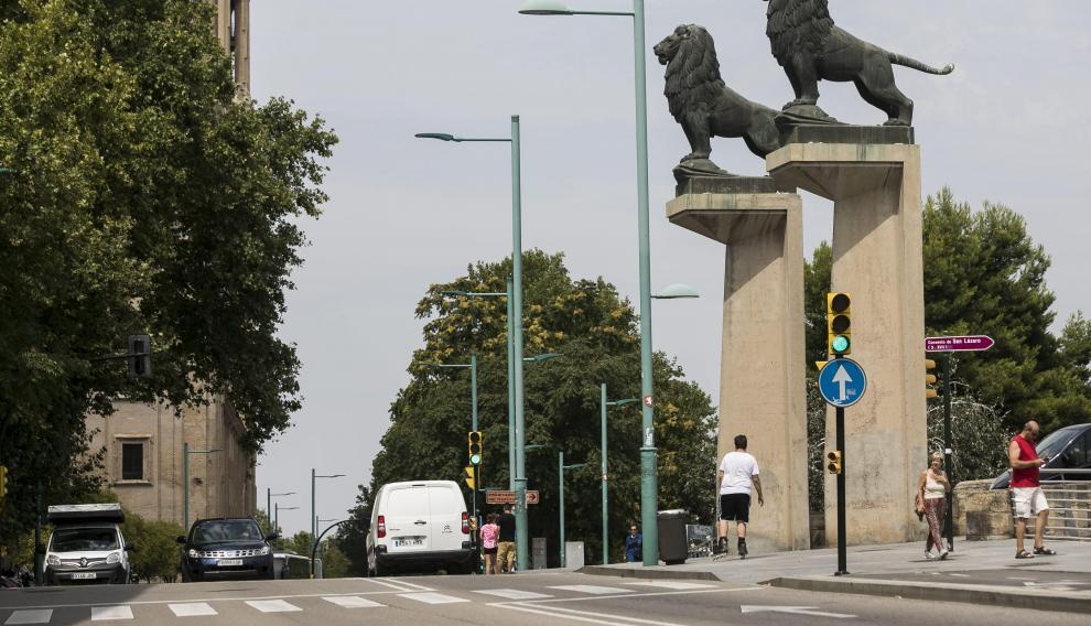 El carril bici de Echeragay se corta delante del Puente de Piedra.