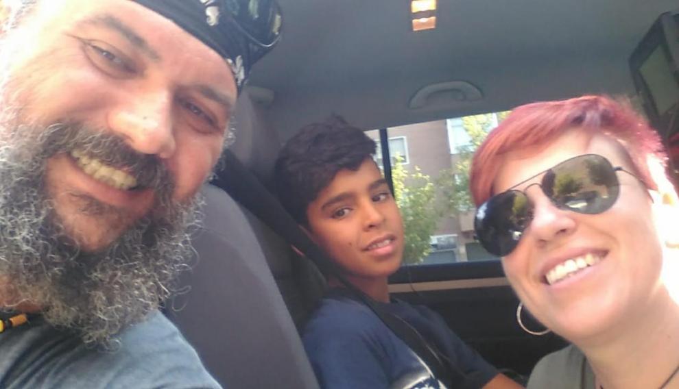 María Jesús y su pareja son desde hace varios veranos la familia de acogida de Az-din, un niño saharaui que volverá en junio a pasar sus vacaciones con ellos en Aragón.