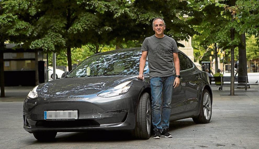 Óscar Chico, con su Tesla Model 3, en Zaragoza. Un macroordenador controlas las funciones del coche vía internet