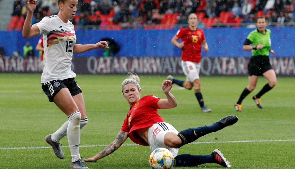 Mapi León lucha por el balón en el partido de la selección española contra Alemania celebrado este miércoles.