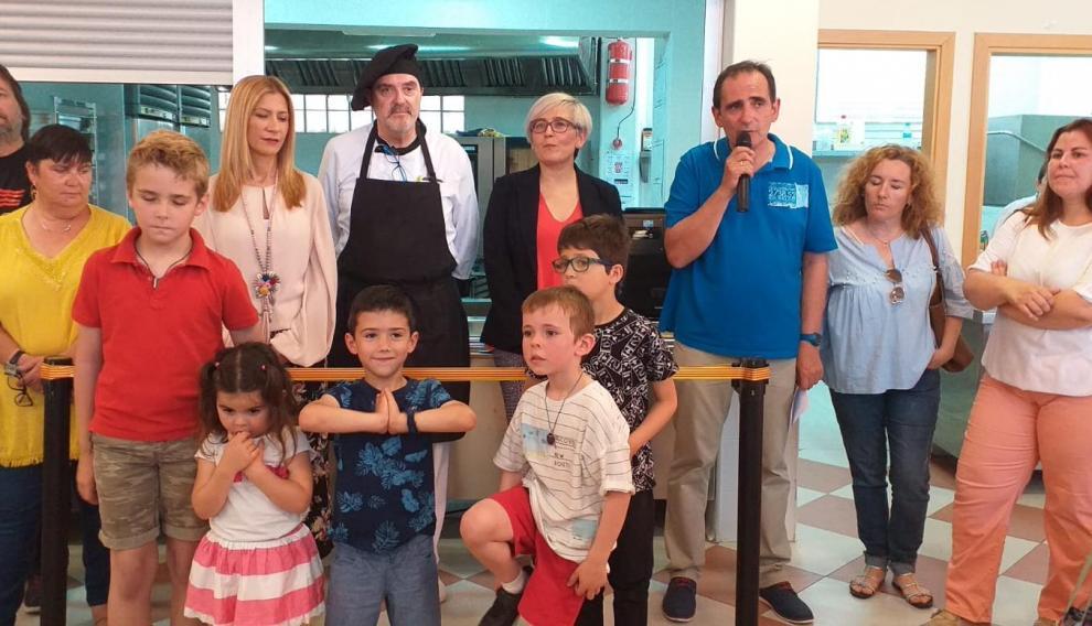 Padres, escolares y el nuevo cocinero del colegio, en la inauguración de la cocina escolar