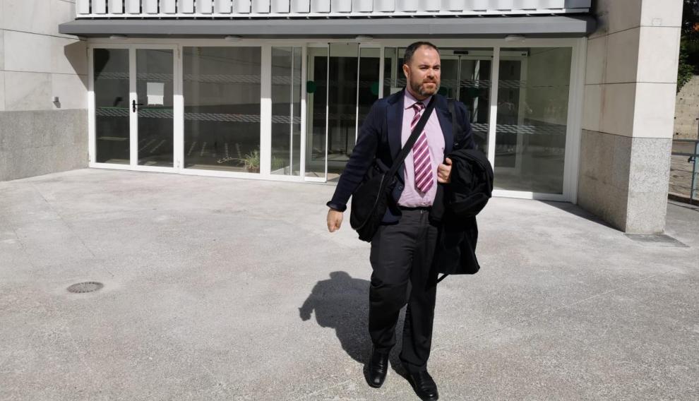 Marcos García Ortega, abogado del padre biológico de Naiara, en la puerta de los juzgados de Jaca.