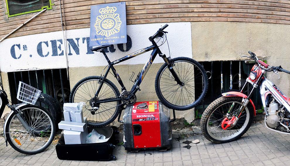 Se incautó una motocicleta, una bicicleta eléctrica y un patinete eléctrico.