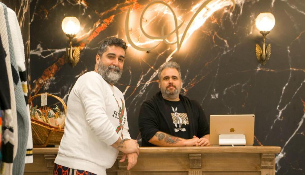 Víctor Plou y Arturo Borraz fundadores de Urban Vicart en su tienda.