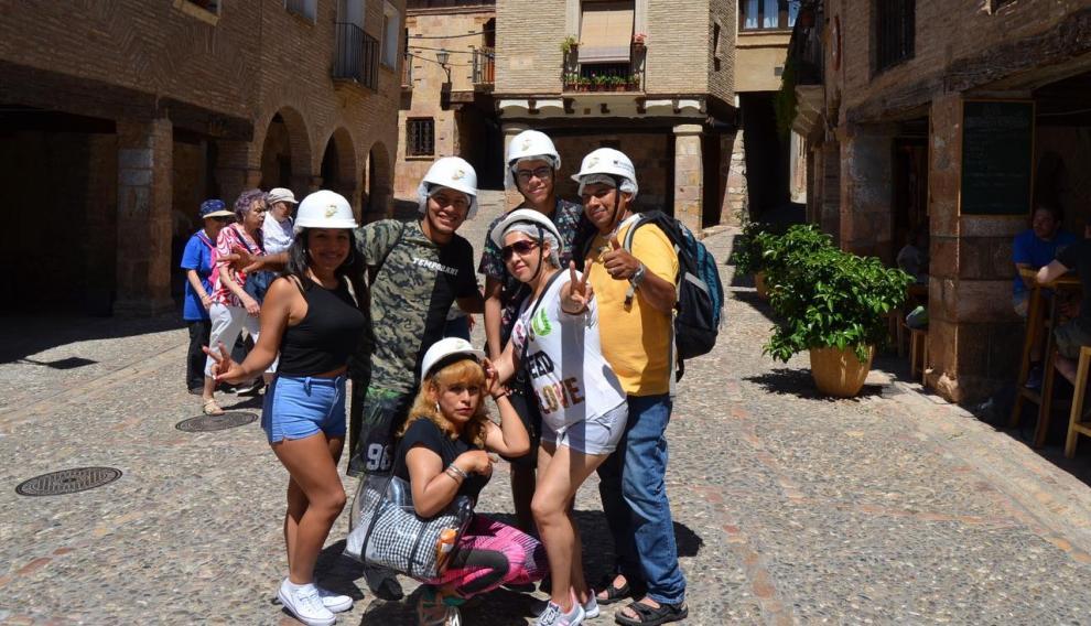 Un grupo de bolivarianos y colombianos, residentes en Premia de Mar, se acercaron este sábado a conocer Alquézar.