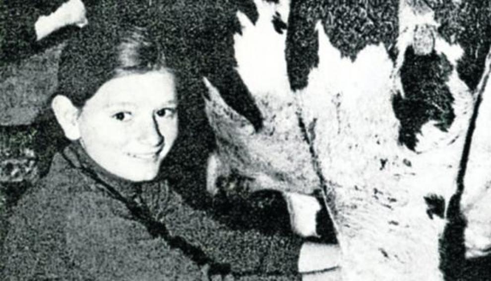 Rosalía ordeña una vaca con 12 años de edad.