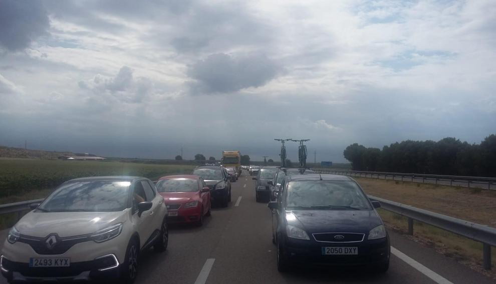 Retenciones por el corte de la AP2 en sentido Zaragoza a la altura de La Almolda por el choque de dos camiones con mercancías peligrosas