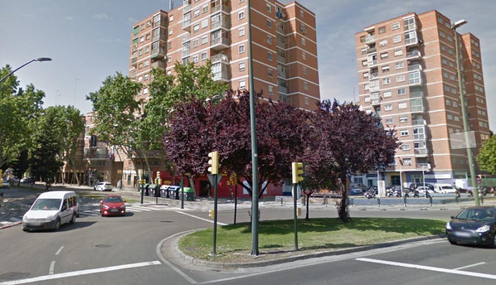 Lugar en el que se ha producido el choque, en el cruce de las avenidas San Juan de la Peña y Alcalde Caballero.