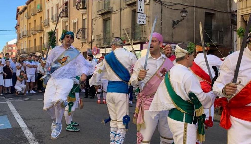 Enrique Carrera, de azul celeste, bailando en el Coso.