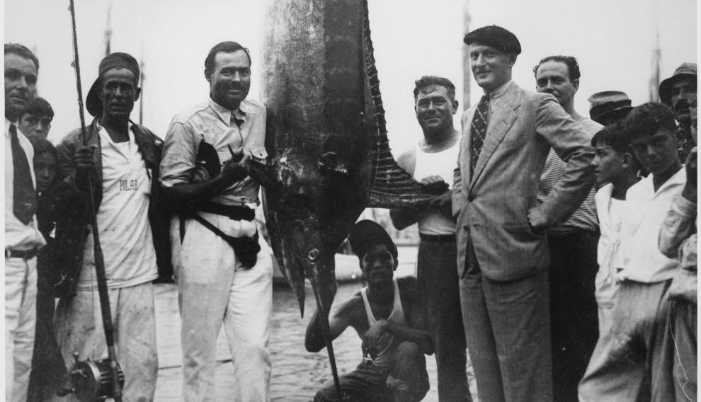 Ernest Hemingway y Sidney Franklin -a la derecha- en el puerto de La Habana, en 1934