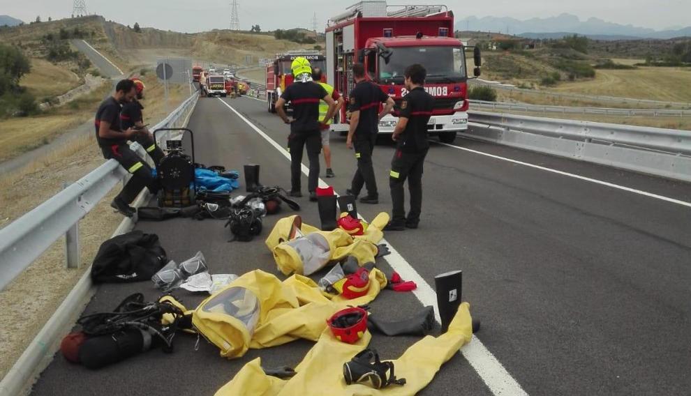 Compleja operación de los bomberos tras el vuelco de un camión cargado de cloro cerca de Lanave.