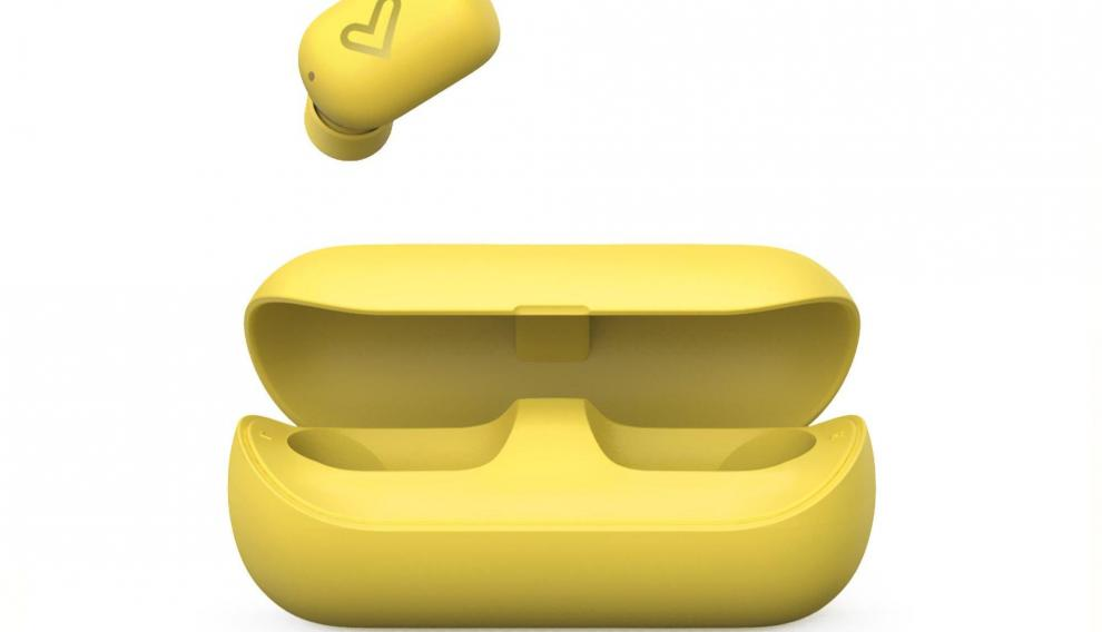 La funda permite cargar los auriculares hasta tres veces y se recarga a través de un puerto micro USB