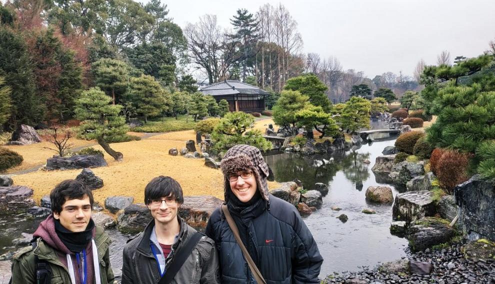 El zaragozano David Gordo (en el centro), de 29 años, en su viaje a Japón.