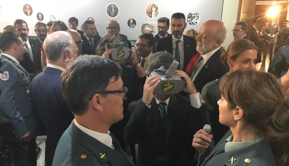 Unas gafas de realidad virtual permite sentir de cerca un rescate de montaña en la exposición.