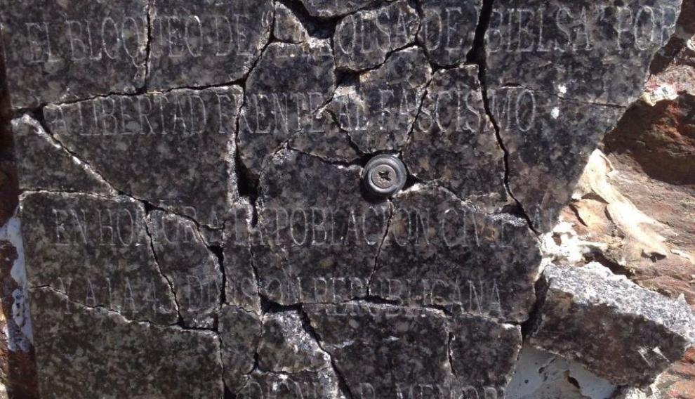 La placa de mármol colocada en 2008 acabó rota a pedazos.