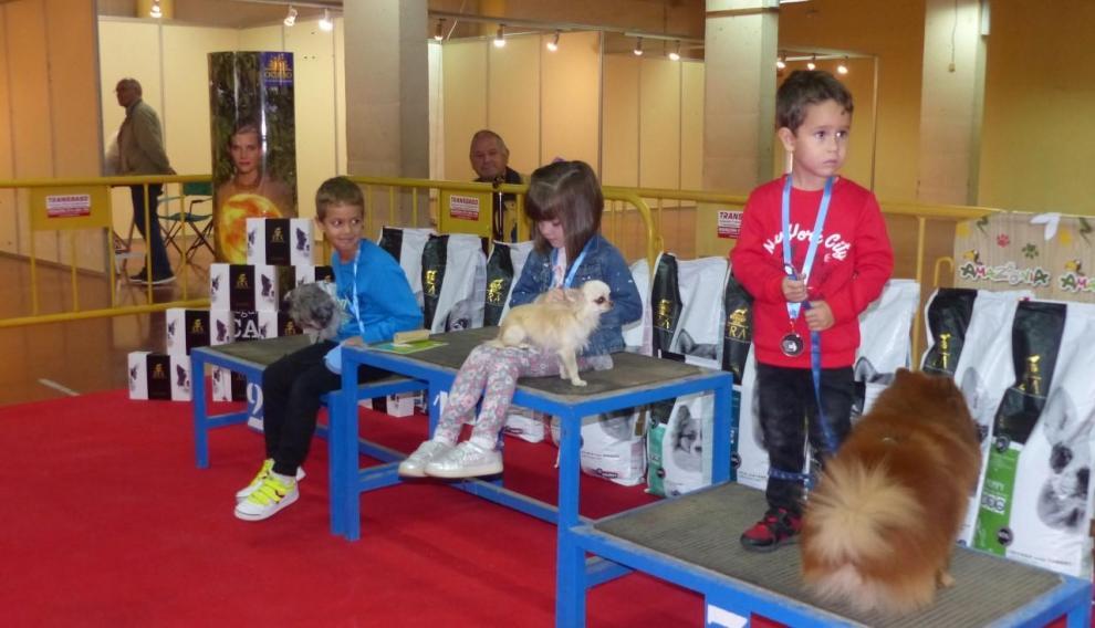Podio del concurso infantil de perros.