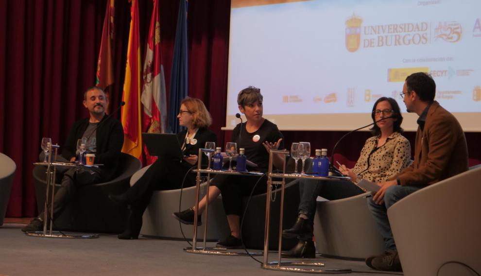 Antonio Martínez Ron, Carolina Moreno, Laura Chaparro y Michele Catanzaro, moderados por Pampa García (en el centro), en el Congreso de Comunicación de la Ciencia celebrado en Burgos