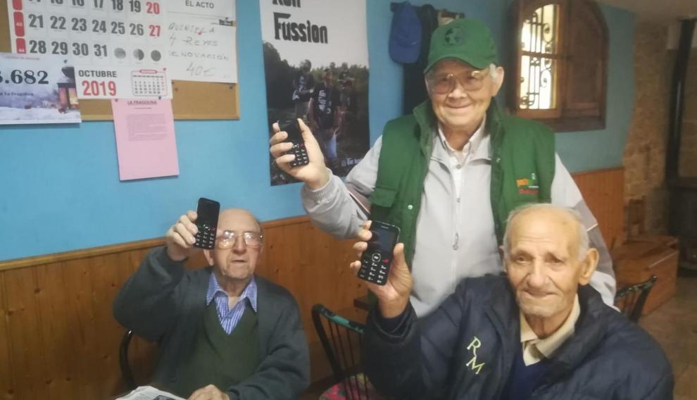 Félix, Eladio y Basilio, vecinos de El Frago con sus teléfonos nuevos.