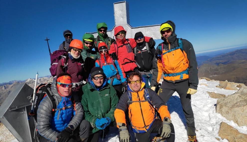 Grupo de montañeros que colaboró en las tareas de limpieza.