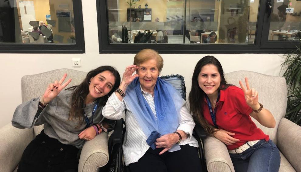 Voluntarias y una usuaria del programa Adopta un abuelo en Zaragoza.