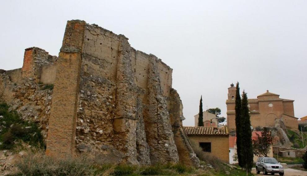 Parte de la muralla del castillo que sirve de cerramiento al cementerio.