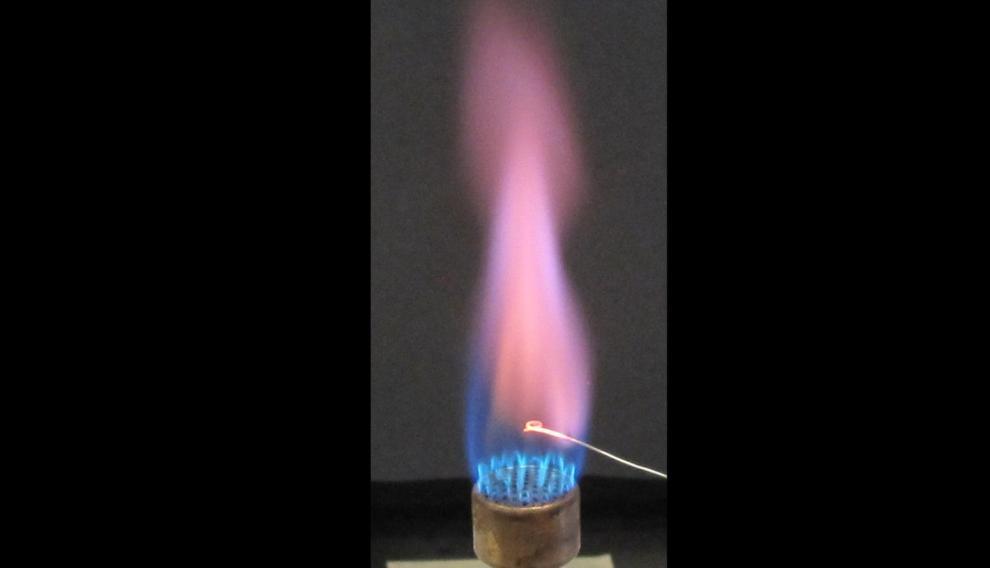 El potasio da a la llama color violeta. Iones de potasio hacen más resistentes las pantallas.