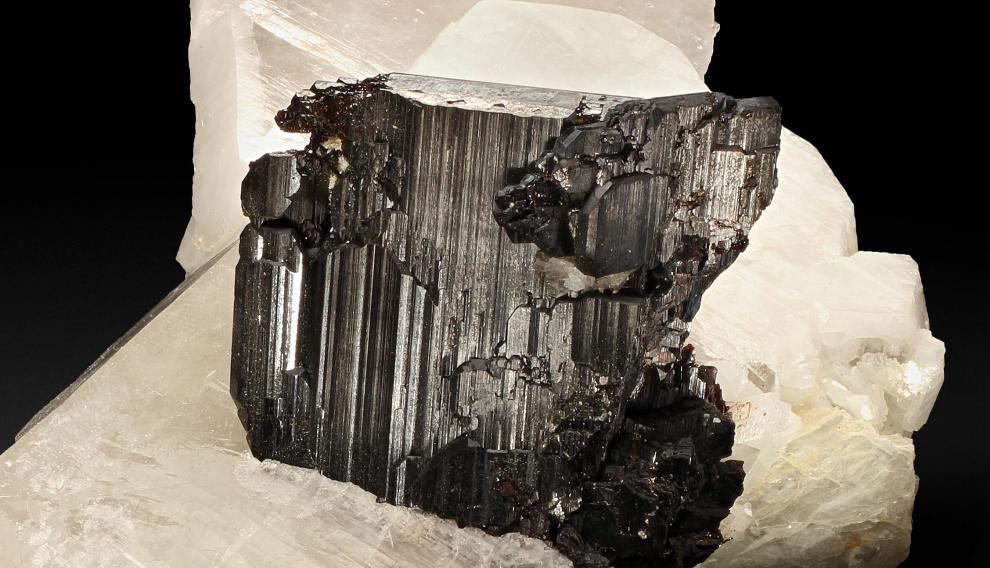 El tántalo es fundamental en los condensadores eléctricos. En la imagen, cristales de tantalita. J. C.
