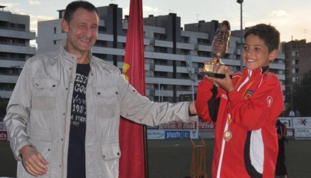 Carbonell recibe el trofeo de máximo goleador del Torneo Segre, cuando era benjamín en el Montecarlo