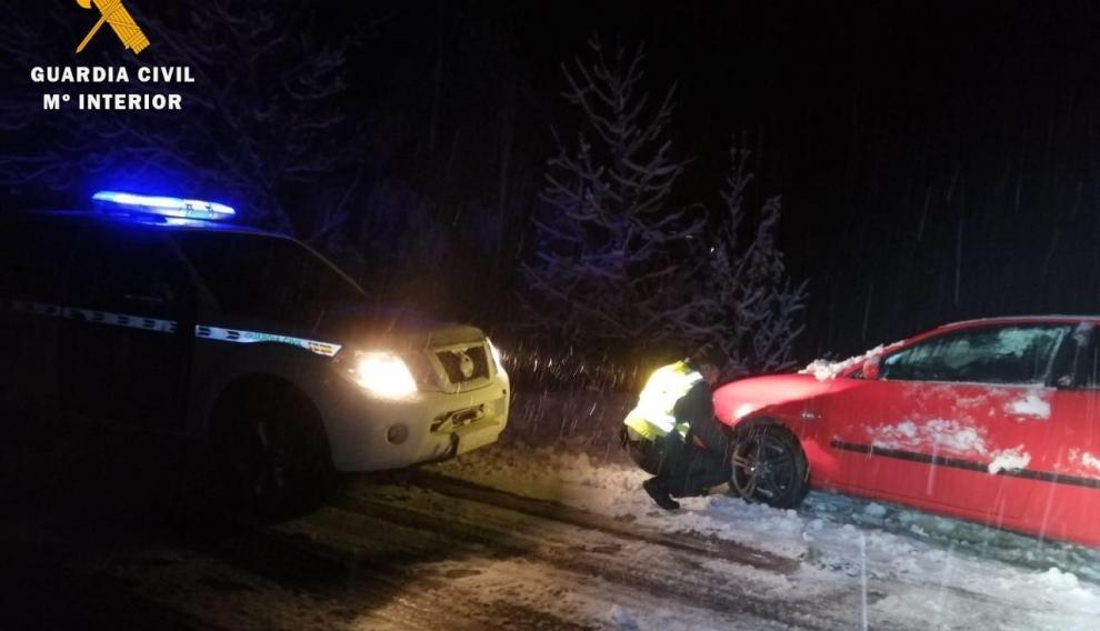 Los agentes tuvieron que ayudar a algunos conductores con las cadenas.