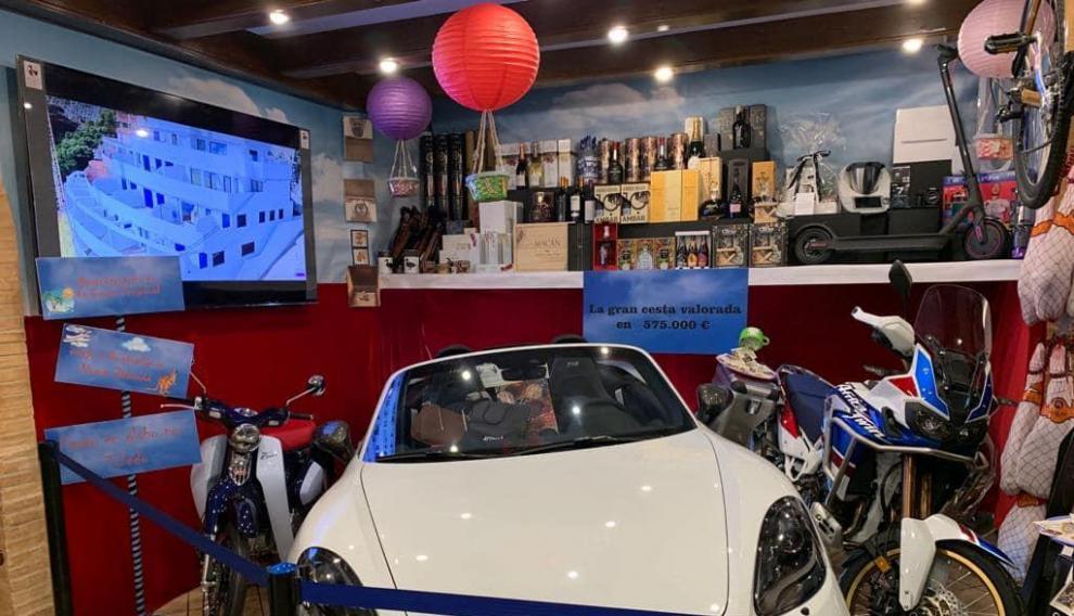 Los premios de la famosa cesta navideña de Calamocha ya se pueden ver en el interior del restaurante Mariano.