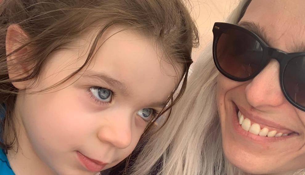 Raquel Sastre y su hija Emma.